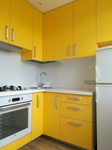 Geltonos spalvos baldai virtuvei
