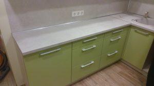 Žali virtuvės baldai