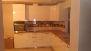 Modernūs balti virtuvės baldai