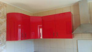 Raudonos spintelės virtuvei