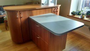 Virtuvės baldai su medienos imitacija