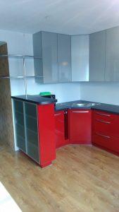 Raudonos spalvos virtuvės baldai