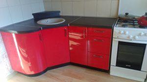 Raudoni modernūs virtuvės baldai