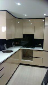 Smėlio spalvos virtuvės baldai