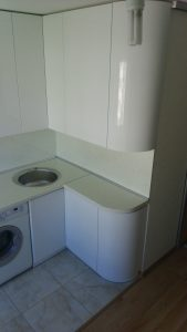 Virtuvės baldai apvalintu kampu