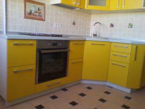 Geltoni virtuvės baldai